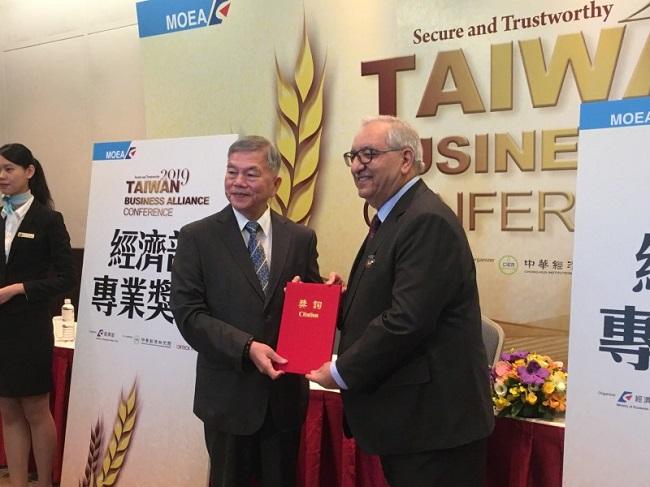 經濟部長沈榮津(左)頒布獎章給全球前10大IC設計公司Dialog之執行長Jalal Bagherli(右)(記者黃佩君攝