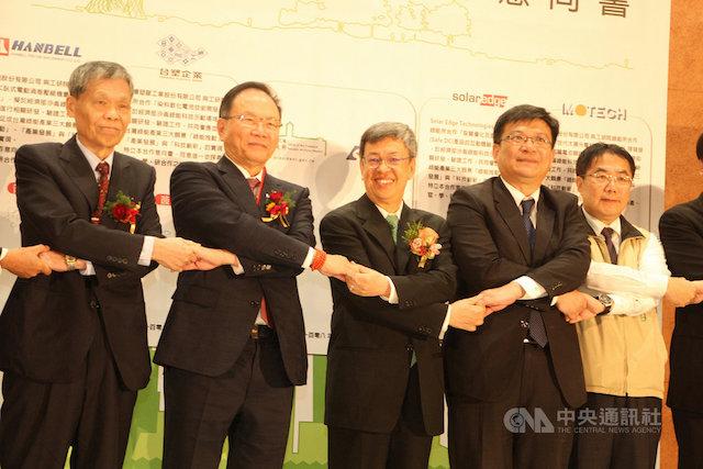 副總統陳建仁(中)16日出席台南沙崙智慧綠能科學城啟用儀式,與進駐廠商代表一起簽署合作意向書。中央社記者楊思瑞攝 108年12月16日