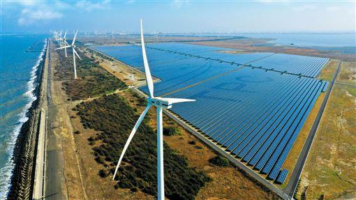台電投入綠電市場台電投入綠電市場,透過銷售自建綠電,可為綠電交易平台挹注8.4億度綠電,成為目前全台最大綠電供給者。圖為「彰濱雙綠能」太陽光電場暨風力發電場。(圖/台電提供)