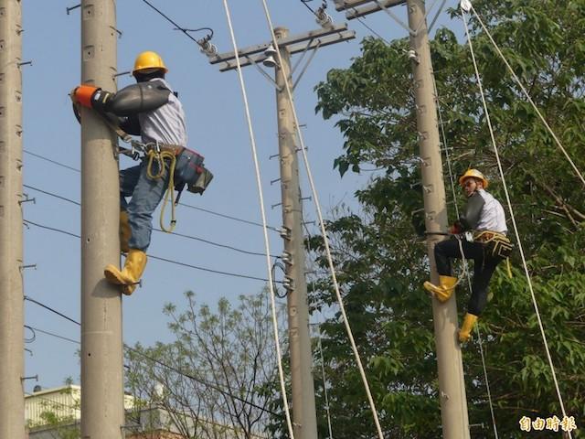 台電金門區處正辦理「配電自動化系統之建置」,圖為台電平日針對相關電力建設、修復進行排練、實作。(資料照)
